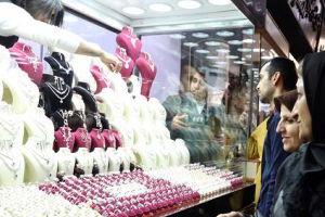 Donne iraniane guardano una vetrina con gioielli