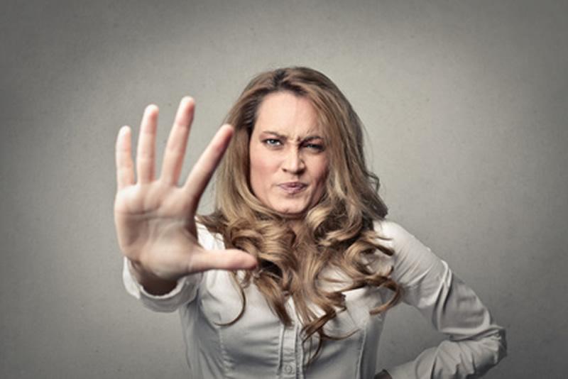 Donna che mostra una mano aperta