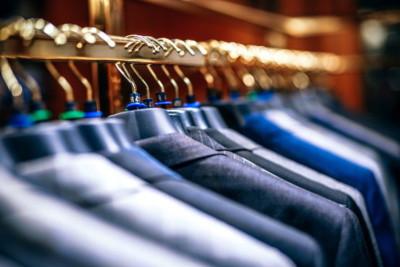 fila di giacche in un negozio