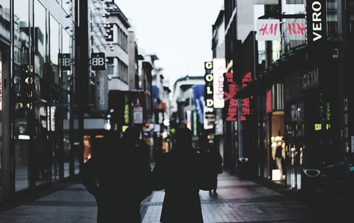 una strada con negozi